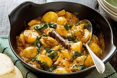 Chicken, potato and spinach curry This spicy chicken curry recipe contains half of your recommended daily vegetable intake. Chicken Spinach Curry, Spicy Chicken Curry Recipes, Potato Spinach Curry, Chicken And Potato Curry, Chicken Potatoes, Spinach Stuffed Chicken, Indian Food Recipes, New Recipes, Cooking Recipes