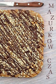 Mazurek chałwowo - orzechowy z piękną dekoracją czekoladową