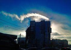 А вы тоже фотографируете всякую чепуху из окна автомобиля, когда стоите в пробке? Сияние солнышка. Того, что прячется в домике.  . #россия #фото #урал #южныйурал #chelyabinsk #russia #челябинск #chel #Че #суровыйЧелябинск #ural #photo #утро #авто
