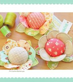 flower pincushions - free pattern - click all the way through to find English instructions.