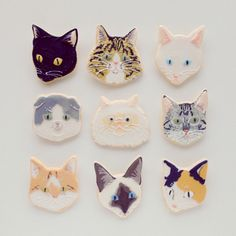 kitty face cookie brooch