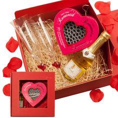 Die Romantikbox mit Gravur besteht aus zwei Gläser die mit einem Wunschnamen personalisiert werden können, einer kleine Flasche Sekt und einer Spiel-Losebox mit 100 Papierlosen.