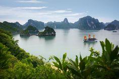La Baie d'Along est formée de près de 2000 ilots ou pitons rocheux disséminés au milieu de l'eau, un endroit privilégié pour effectuer une croisière reposante dans un décor de rêve, Vietnam
