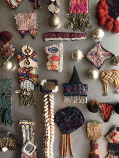 今年ももうすぐ、アッチコッチバッチがやってきます。サエコさん、これまでにいくつくらいバッチを作ったんだろう。近頃のぶっ飛ばし方は尋常じゃないよ。 世界のいろいろな場所でチクチクと作られたもの、たとえば衣装、たとえば敷物