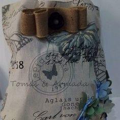 Bolso de loneta custumizado con mariposas y lazo en arpillera , con remates dorados y fantasía.