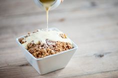 The crumble really is the king of comfort foods. Here's how to make a classic, but delicious apple and rhubarb crumble. Easy Apple Crumble, Blackberry Crumble, Apple Crumble Recipe, Rhubarb Crumble, Crumble Topping, No Bake Desserts, Just Desserts, Delicious Desserts, Dessert Recipes