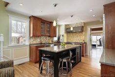 Traditional Two-Tone Kitchen Cabinets #186 (Kitchen-Design-Ideas.org)