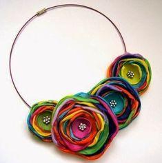 New flowers fabric necklace ideas Felt Necklace, Fabric Necklace, Flower Necklace, Jewelry Crafts, Jewelry Art, Handmade Jewelry, Jewellery, Textile Jewelry, Fabric Jewelry