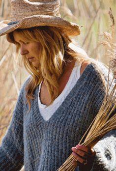 Strik en lun og vamset trøje med v-hals Baby Knitting Patterns, Crochet Pattern, Drops Design, Baby Outfits, Bjd, Cowboy Hats, Ravelry, Cashmere, Womens Fashion