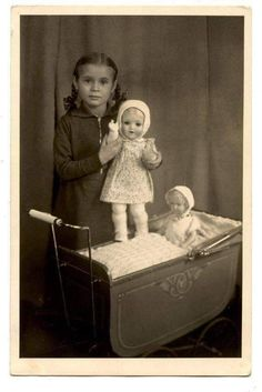 Vintage Family Photos, Vintage Children Photos, Vintage Girls, Vintage Pictures, Vintage Photographs, Vintage Toys, Antique Photos, Old Dolls, Antique Dolls