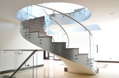 Among other types of staircase, the spiral staircase is the most preferred option. Take a look at these pictures of spiral staircase! Winding Staircase, Floating Staircase, Spiral Staircases, Glass Balustrade, Glass Railing, Railing Design, Staircase Design, Staircase Diy, Staircase Outdoor
