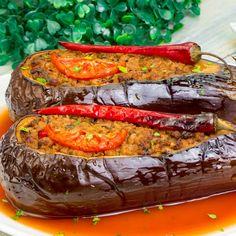 Vă prezentăm o rețetă turcească, care este incredibil de gustoasă. Karniyarik – este una din cele mai cunoscute mâncăruri din bucătăria turcească tradițională. Mai simplu, vinete umplute cu carne. Turcii pregătesc aceste vinete într-atât de delicios, orice ați fi mâncat până acum nu se compară cu acest gust deosebit. Puteți servi vinetele umplute ca garnitură, … Turkish Recipes, Ethnic Recipes, Romanian Food, Cooking Recipes, Healthy Recipes, Ratatouille, Vegetable Recipes, Eggplant, Food Videos