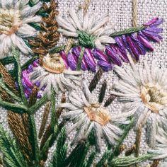 Иногда хочется чего-то совсем простого, как ромашки, например. Но это не обычные, а маленькие-маленькие ромашули .#nadiagaruttembroidery __________________________________________________ #embroidery#embroideryart#embroidered#broderie#handmade#своимируками#вышивка#вышивкагладью#bordado#сделаноруками#em_hm#embroideryinstaguild#handembroidery#t_v_r