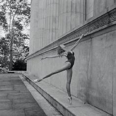 Fotógrafo registra a leveza das bailarinas no cenário urbano de NY