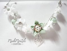 bracelet chaine argentée fleur et breloque feuille, cabochon verre, vert amande, blanc, pastel, oiseaux : Bracelet par mademoizele-chiffon