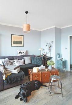 NYNÍ V obývacím prostoru se uplatnil nábytek z Elenina starého bytu, pohovka, starý kufr i šicí stroj. Poznali byste to?
