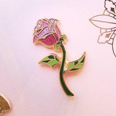 HISTOIRE ÉTERNELLE Mon petit nouveau chouchou ! Celui là je le porterai toute ma vie tellement je l'aime. Il est issu du coffret en édition limité la Belle et la Bête. Je n'avais pas acheté de pins depuis longtemps et là c'est le méga craquage ! #LaBelleetLabête #TheBeautyAndtheBeast #Disney #DisneyStore #rose #roses #bloom #fleur #pin #pins #pinsaddict #bijou #jewel #pindisney #PinsDisney
