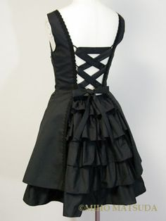 rear view of a Miho Matsuda dress. ( i usually don't like loli or victorian goth but man this would look good on me. ;-o )