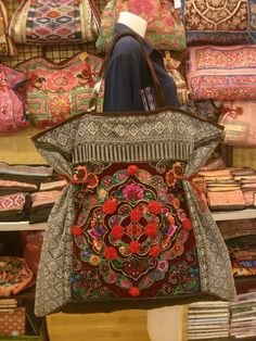 Discover recipes, home ideas, style inspiration and other ideas to try. Shoulder Sling, Shoulder Bag, Ethnic Bag, Carpet Bag, Techniques Couture, Vintage Stil, Fabric Bags, Clutch, Vintage Fabrics