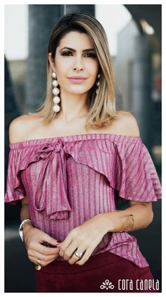 Blusa elastico alrededor de brazos y busto, estilo campesino con moño atado al frente. Stylish Tops, Trendy Tops, Off Shoulder Outfits, Fall Fashion Outfits, Womens Fashion, Latest Tops, Skirt Outfits, Pink Outfits, Blouse Designs