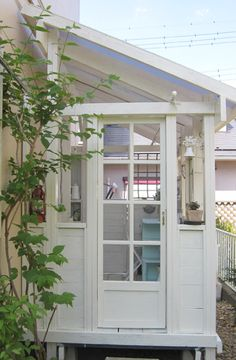 mud room lean to side return ideas Lean To Greenhouse, Greenhouse Plans, Sas Entree, Wooden Greenhouses, Curved Pergola, Side Return, Side Porch, Inspiration Design, White Gardens