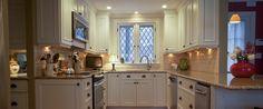 A decoração desta cozinha de estilo clássico, vai buscar o branco tradicional. É uma cozinha típica dos anos 90.