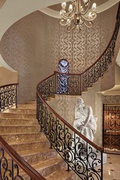 Escada de granito marrom em casa do sul da Flórida