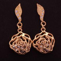 Brinco banho de ouro base forma de folha com zircônia e rosa vazado. Clique na imagem para comprar.