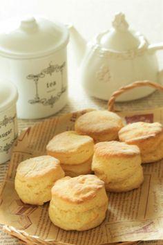 cherry♪さんの「* しっとり&さっくり ♡ バニラスコーン♪」レシピ。製菓・製パン材料・調理器具の通販サイト【cotta*コッタ】では、人気・おすすめのお菓子、パンレシピも公開中!あなたのお菓子作り&パン作りを応援しています。 Little Kitchen, Yummy Cakes, Scones, Tea Time, Tart, Deserts, Muffin, Favorite Recipes, Sweets