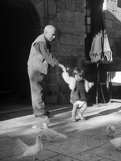 Artist Pablo Picasso and Daughter Watching Doves Lámina fotográfica de primera calidad