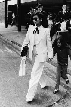 Whether worn as partywear by Bianca Jagger, fitted by Princess Diana or casual by Jane Birkin, see the different ways our favorite women have worn white trousers. Bianca Jagger, 70s Fashion, Daily Fashion, Vintage Fashion, Fashion Trends, Seventies Fashion, Fashion Suits, Female Fashion, Runway Fashion