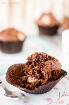 Cupcakes a diario: Magdalenas caseras de chocolate rellenas de salsa de toffee