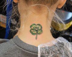 Kleeblatt Tattoo auf Hals