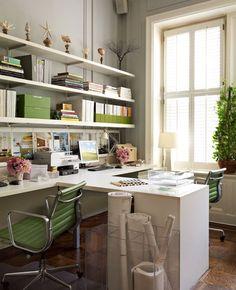 Nice office for two. Me encanta, así no peleáremos mi marido y yo, jeje