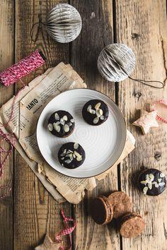 Perníkové kolieska s nugátovým krémom - The Story of a Cake Wood Watch, Nutella, December, Table Settings, Cake, Pie Cake, Wooden Clock, Table Top Decorations, Cakes