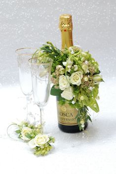 Lovely champagne bottle decorations, with matching glasses. Deco Floral, Arte Floral, Floral Design, Wedding Centerpieces, Wedding Decorations, Bottle Decorations, Valentines Flowers, Festa Party, Wine Bottle Crafts