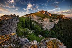 Územie Veľkej Fatry so značnou koncentráciou prírodných hodnôt vyhlásili v roku 1973 za chránenú krajinnú oblasť a v roku 2002 za Národný park Veľká Fatra. Základné prírodné hodnoty Veľkej Fatry spočívajú v skutočnosti že ide o rozsiahle horské územie s členitým povrchom bohatým výskytom krasových javov so súvislými lesmi s rozsiahlym a typickým hôľnym pásmom dlhými dolinami pestrým rastlinstvom a živočíšstvom a najväčším náleziskom pôvodného výskytu tisu obyčajného v Európe. Národný park má rozlohu 404 km2 jeho ochranné pásmo 261 km2. Značná časť územia má vyšší stupeň ochrany v rámci maloplošných chránených území. Správa Národného parku Veľká Fatra sídli vo Vrútkach.  #praveslovenske od  Planet Pali Water, Photos, Outdoor, Gripe Water, Outdoors, Pictures, Outdoor Games, The Great Outdoors