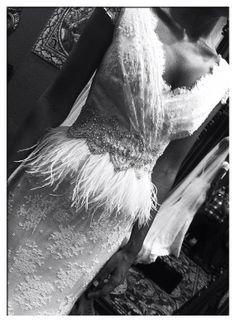 La silueta de Ilenia lució así de espectacular con un vestido de líneas marcadas elaborado en encaje con detalles bordados en pedrería y plumas.