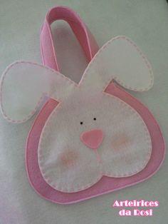 Sacolinha surpresa coelhinho. R$5,00 Easter Art, Easter Crafts, Holiday Crafts, Felt Crafts Diy, Plastic Bottle Crafts, Easter Celebration, Felt Fabric, Felt Toys, Easter Wreaths