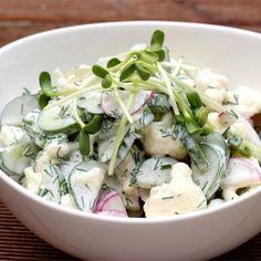 Letnia sałatka z majonezem z kalafiora i ogórków małosolnych