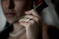 La fotografía boudoir fue creada pensando en sorprender al novio momentos antes de la boda. ¿Te imaginas? Si estás a punto de casarte, puedes darle una probadita mientras te espera para la ceremonia.