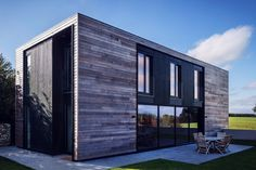 Prefab 'Kiss House,' designed to passive house standards, is taking orders - Curbed Prefab Cabins, Prefab Homes, Modular Homes, Building Design, Building A House, Passive House Design, Container Architecture, Modern Architecture, New Homes