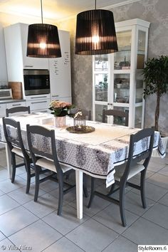 keittiö,tuolit,moderni keittiö,keittiön sisustus,mustavalkoinen sisustus