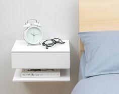 Zwevend nachtkastje. Massief beuken naturel, matte afwerking. Een plank en een lade voor voldoende opslagruimte in kleinere slaapkamers waar de ruimte beperkt is. Werkt ook goed in een hal. 2 sleutelgat openingen aan de achterkant van de eenheid zal werkelijk eenvoudig te monteren aan de muur, en haak op twee schroeven in de muur. Past mooi en knus aan de muur. Afmetingen: L30cm x W20cm x H24cm IN VOORRAAD NU