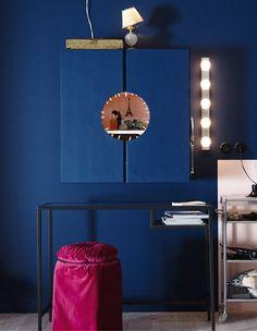 IKEA Deutschland | Ein IVAR Schrank, der innen rosafarben und außen blau gestrichen wurde. In der Mitte der Türhälften wurde ein Kreis ausgesägt, der den Schminktisch verbirgt und zugleich präsentiert. Darunter ein VITTSJÖ Tisch in schwarz. http://www.ikea.com/de/de/catalog/products/40303444/ #Teenagerzimmermädchen #Schminktisch #Schminktischidee #Schminktischhack