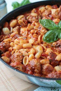 Pasta mit Bratwurstbällchen und Tomaten-Mozzarella-Basilikum Sauce ~ SASIBELLA