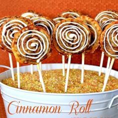 Lady Behind The Curtain - Cinnamon Roll Apple Pie Pops… OMG! Pie on a stick! Finger Desserts, Great Desserts, Delicious Desserts, Dessert Recipes, Dessert Ideas, Cinnamon Roll Apple Pie, Cinnamon Rolls, Apple Pies, Ready Made Pie Crust