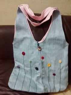 Bolsa jeans, forrada com malha e bordada com botões