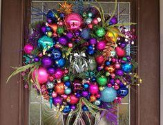 décoration Noël pour la porte d'entrée avec couronne festive composée de guirlandes et boules