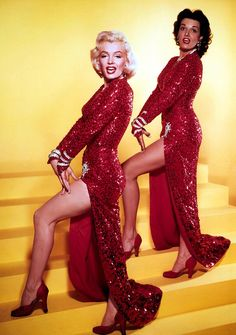 Marilyn Monroe and Jane Russell in publicity photos for Gentlemen Prefer Blondes Jane Russell, Gentlemen Prefer Blondes, Divas, Gentleman, Gypsy Rose Lee, Marilyn Monroe Fotos, Marilyn Monroe Shoes, Portrait Studio, Love Vintage